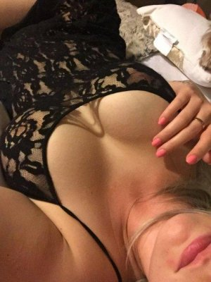 Carolyn live escort in Doral & nuru massage