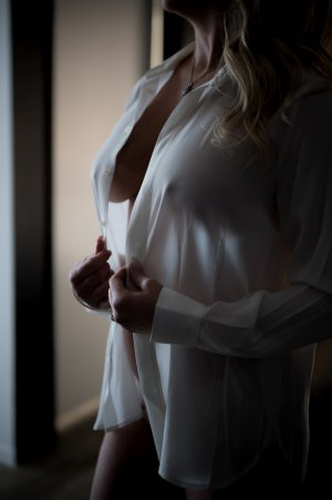Oumou escorts in Washington Illinois